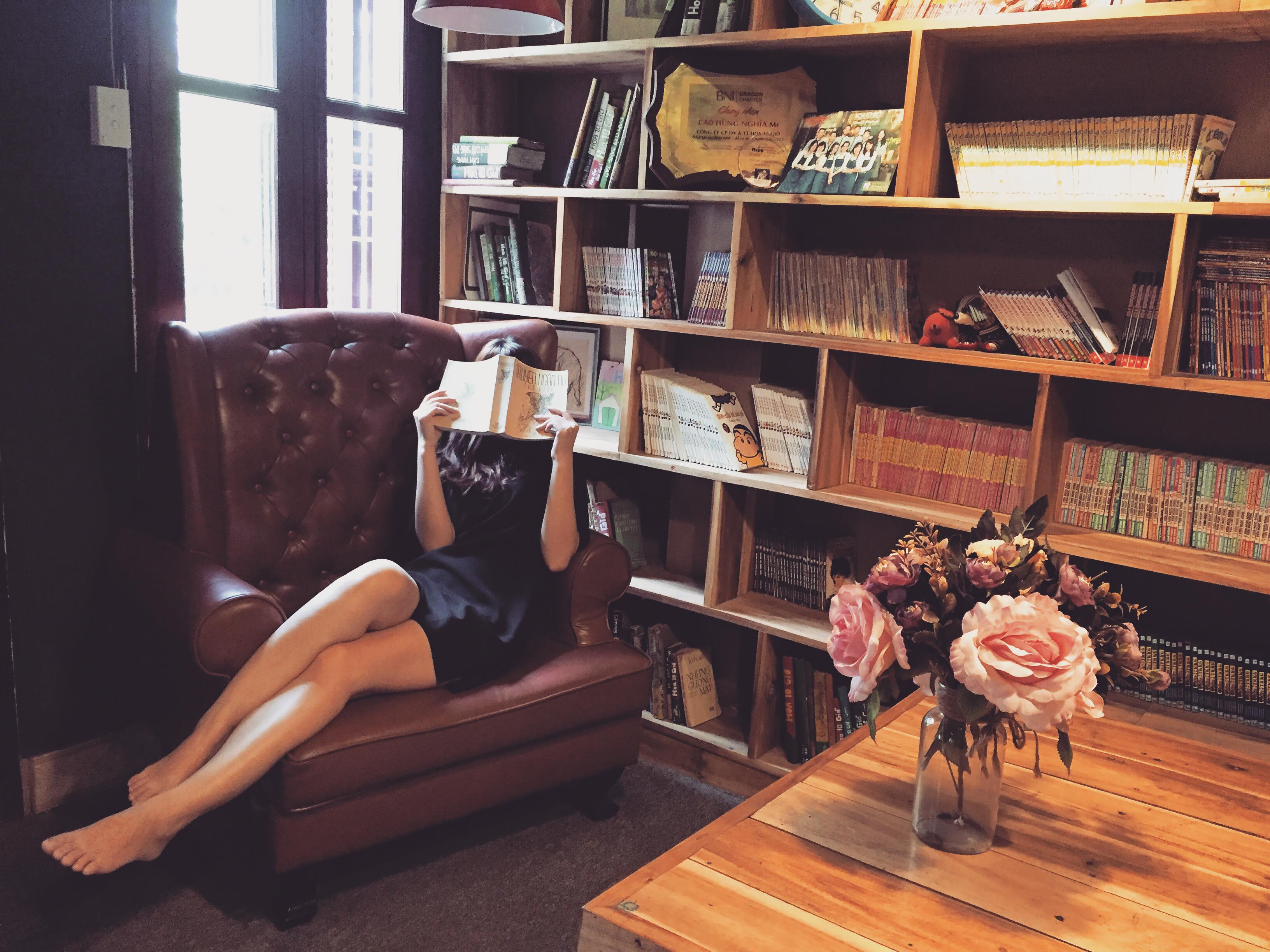 biblioteka ksiazka kobieta czytam