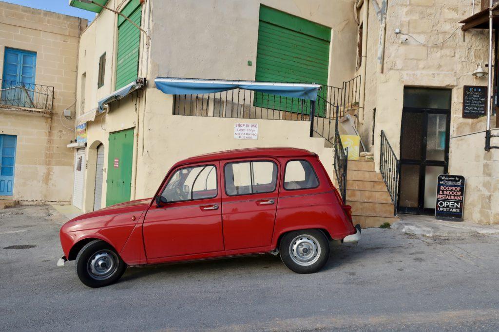 Stare auta na Malcie są niemal na każdym rogu