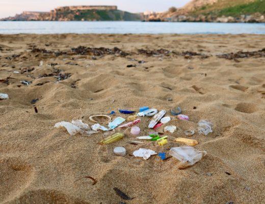 Kawałki plastiku na maltańskiej plaży