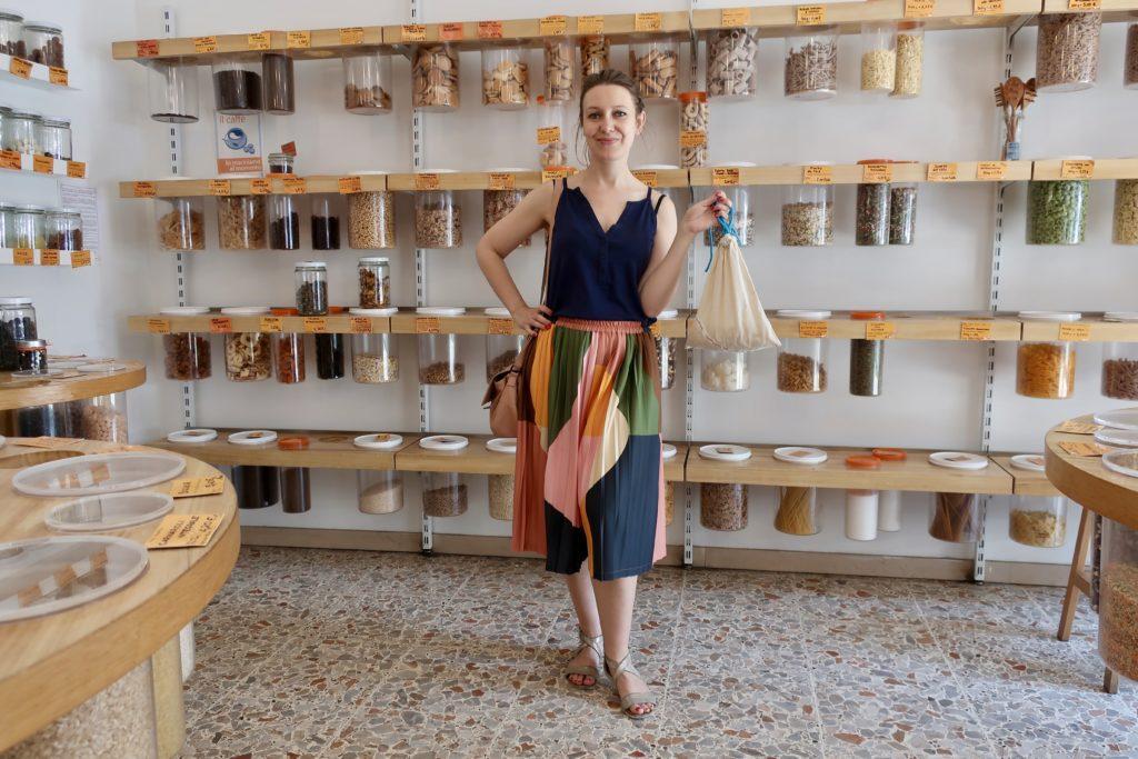 Podróże zero waste i zakupy zero waste w lokalnych sklepach