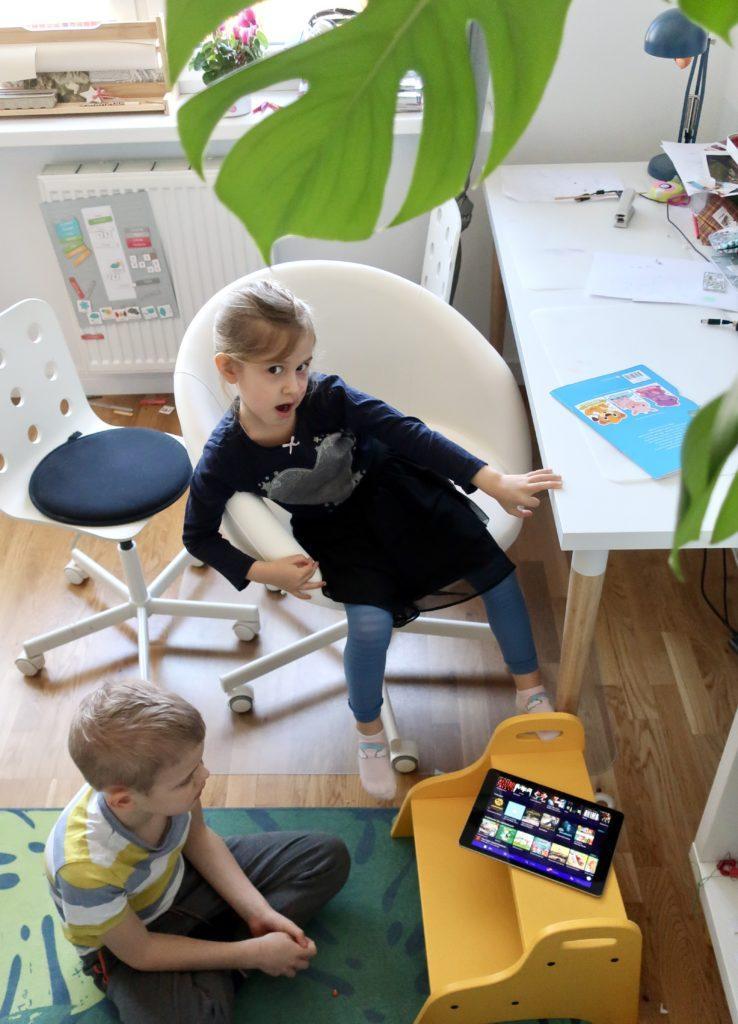 Słuchanie audiobooka w planowaniu dnia dla dzieci