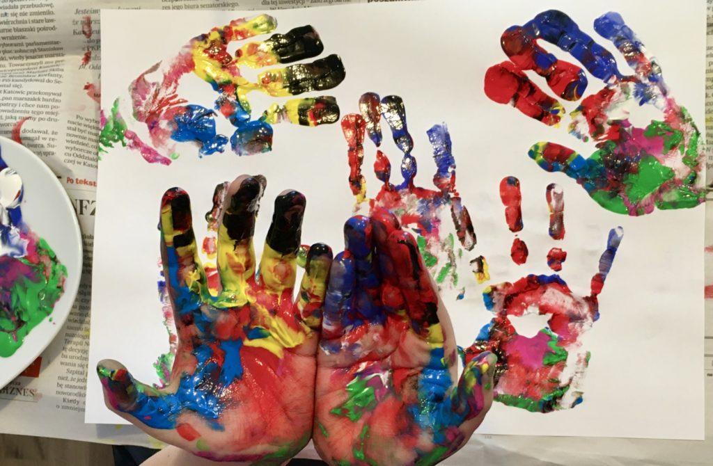Malowanie farbami - działania analogowe w planie dnia dla dzieci