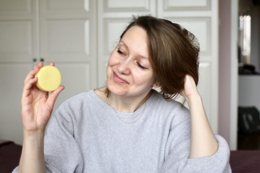 Odżywka do włosów w kostce to świetna alternatywa do odżywki w plastikowym opakowaniu.