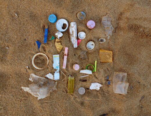 Śmieci znalezione na plaży