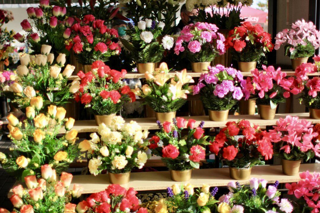 Sztuczne kwiaty na cmentarzu gdzie wyrzucać?